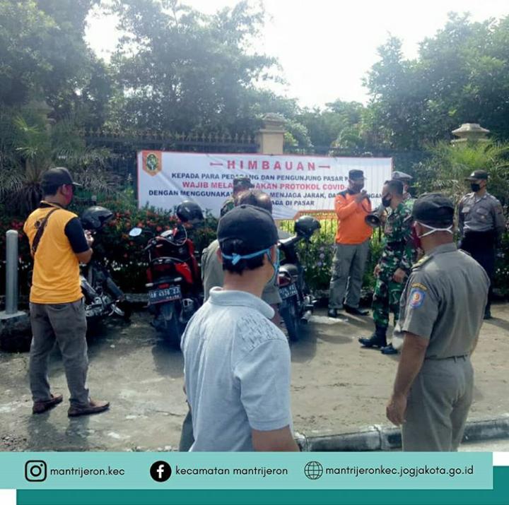 Forkompimka Mantrijeron Himbau Pengunjung dan Penjual di Pasar Satwa & Tanaman Hias Yogyakarta (PASTY)  untuk lakukan Pencegahan COVID-19